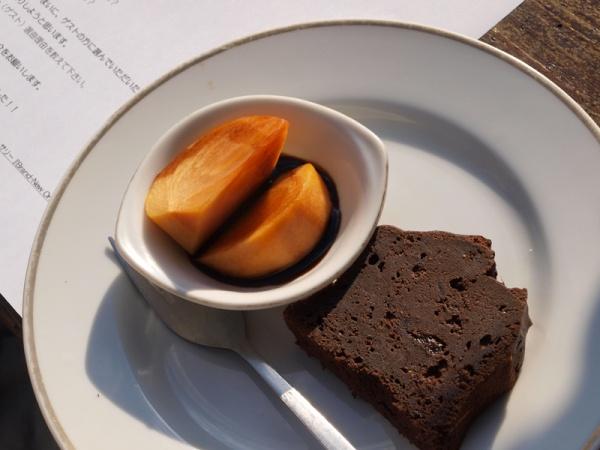 チョコレートケーキと柿のバルサミコ酢がけ